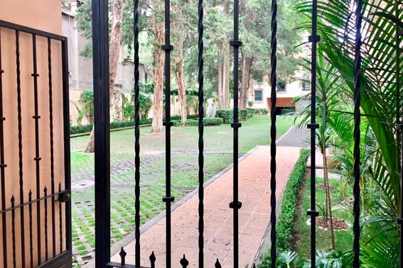 jardines y salones para eventos, Cracovia a través de la reja de entrada
