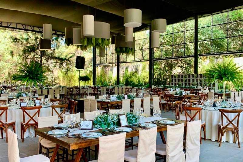 Servicio de Banquetes Escoffier montaje de sillas con fundas color beige en Hacienda del Pedregal